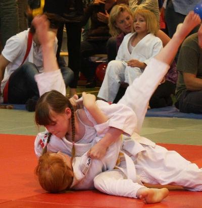 Stina Rehn hat ihre Gegnerin fest im Griff!